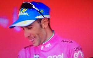 Il sorriso di Vincenzo Nibali, che torna a indossare la maglia rosa