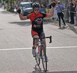 giovane ciclista taglia il traguardo