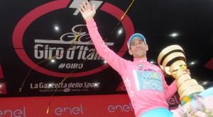 Nibali con il trofeo