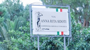 La targa apposta sul lungomare di San Giorgio ora intitolato ad Anna Rita Sidoti