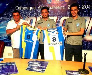 Direttore Sportivo Giuseppe Sindoni e il Direttore Marketing e Comunicazione Giuseppe Famiani presentano la nuova maglia da gioco
