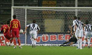Riganò in gol su rigore a Siena (foto Ansa)