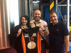 La maglia dellAmatori Messina donata ai lavoratori del Birrificio Messina