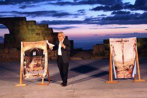 Vittorio Sgarbi durante la sua performance al Teatro Greco di Tindari