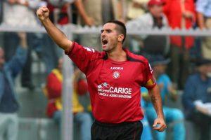Lucarelli esulta con la maglia del Livorno