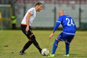 Milinkovic punta l'avversario (foto Isolino)