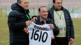 Filippo Ricciardi riceve la maglia dal presidente Stracuzzi