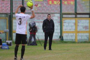 Lucarelli osserva la squadra