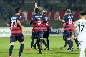 Il Cosenza celebra il gol partita di Statella (foto Salvatore Mannarino)