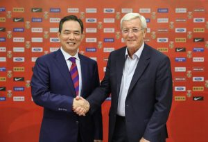 Marcello Lippi al momento della firma con la Federcalcio cinese