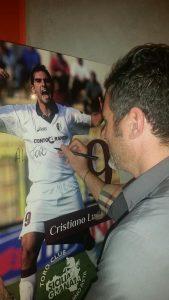Lucarelli firma autografi