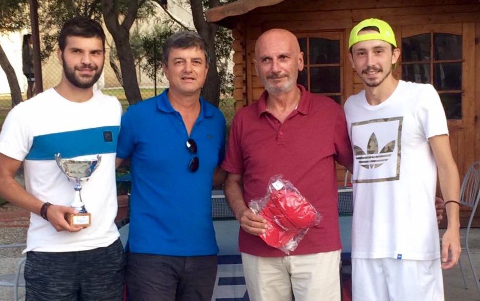 I due finalisti Scalzone (a sinistra) e Buda (adestra) con il delegato Fit Roberto Branca e il giudice arbitro Pietro Cotruzzolà