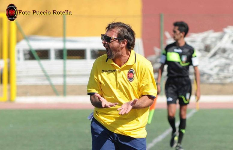 Mister Peppe Raffaele è al quarto anno sulla panchina dell'Igea Virtus (foto Puccio Rotella)