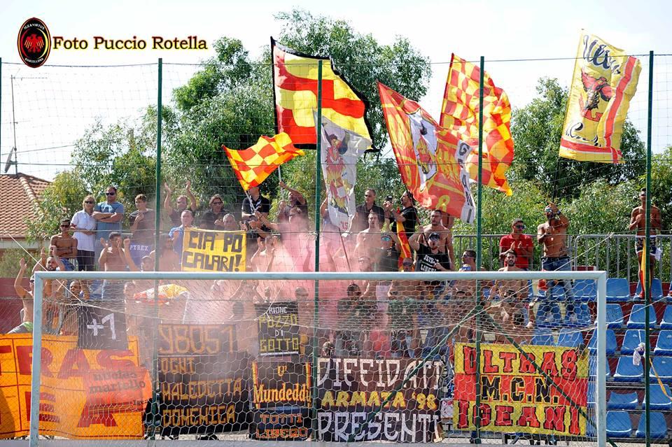 Non passa inosservata la presenza del tifo organizzato dell'Igea Virtus (foto Puccio Rotella)