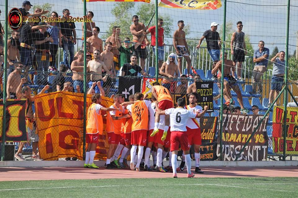 L'Igea Virtus celebra un gol insieme ai suoi tifosi (foto Puccio Rotella)