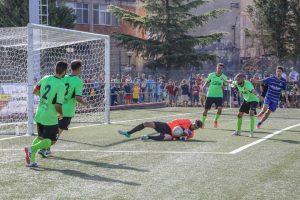 Ivan Mannino blocca la sfera a terra con l'aiuto dei compagni (foto Familiari)