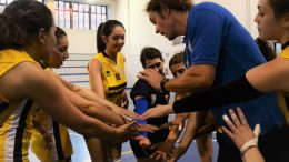 Le ragazze dell'Orlandina Volley con mister Fontanot durante un time out
