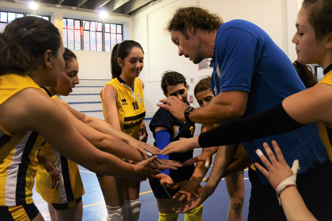 Le ragazze dell'Orlandina Volley con mister Fontanot durante un time out