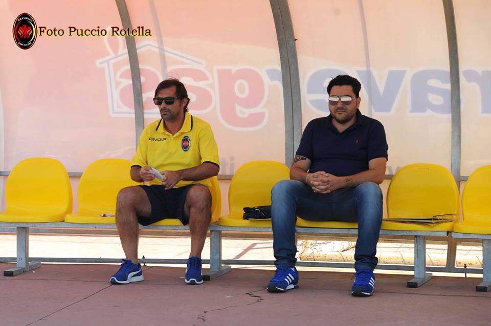 Mister Peppe Raffaele siede in panchina accanto al responsabile dell'area tecnica, Salvatore Grasso (foto Puccio Rotella)