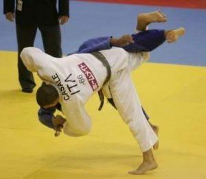 Giannicola Casale proietta a terra l'avversario