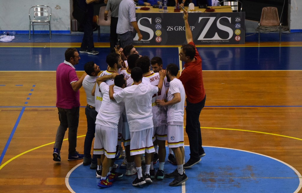 Basket School festeggia a centrocampo con un selfie