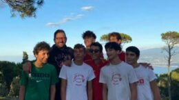 Zanghì con alcuni ragazzi delle giovanili